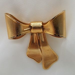 Avon Vintage Brooch Signed and Dated Gold Toned